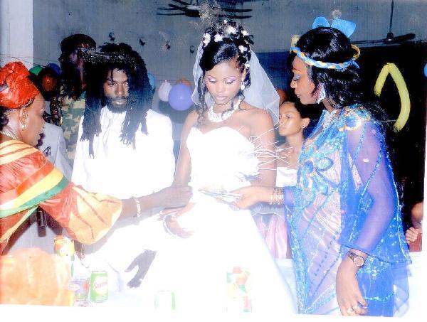 Takana Zion  ne semble pas heureux après son mariage