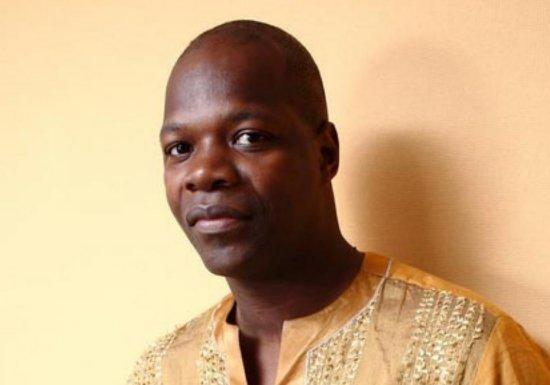 Amobé Mevegué : Le journaliste et homme de culture camerounais se fait virer de la fête nationale du Cameroun à cause de son habillement